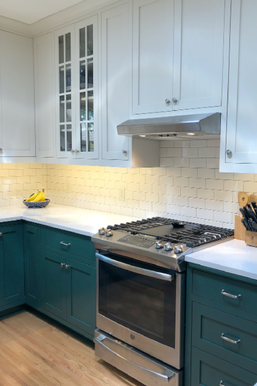 Green kitchen cabinets painted Tarrytown Green (Benjamin Moore) - Emily Blonie. #tarrytowngreen #greenkitchen #benjaminmooretarrytowngreen
